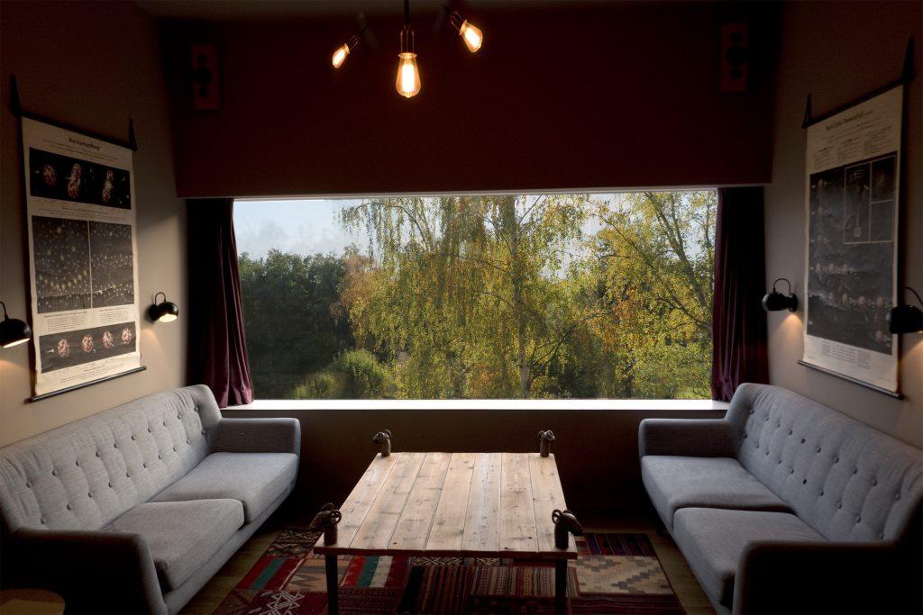 hus på skrånende grund giver muligheder, her er stuen hævet, med udsigt ud i trækronerne