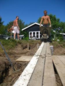 Skrånende terræn, gangbro og 100 kg i børen