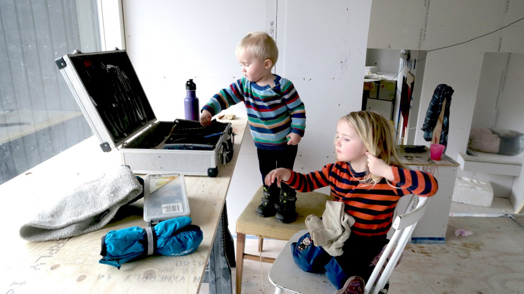 Børnene roder i fars værktøjskasse