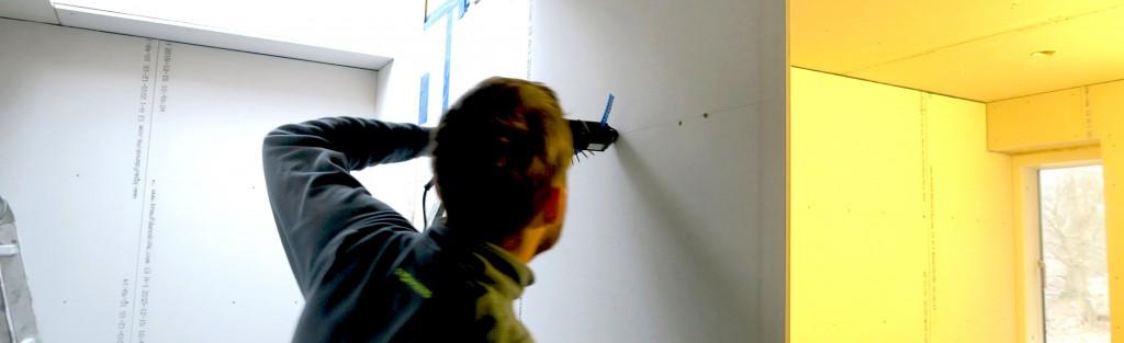 gipsplader fastgøres, inden der skæres af ved dørhullet