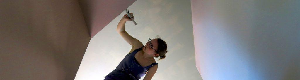 Mette maler kanter på hemsen