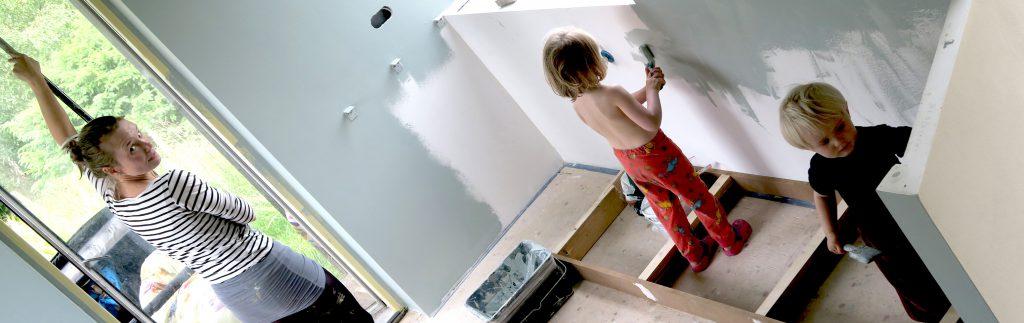 familieprojekt med maling i køkkenet