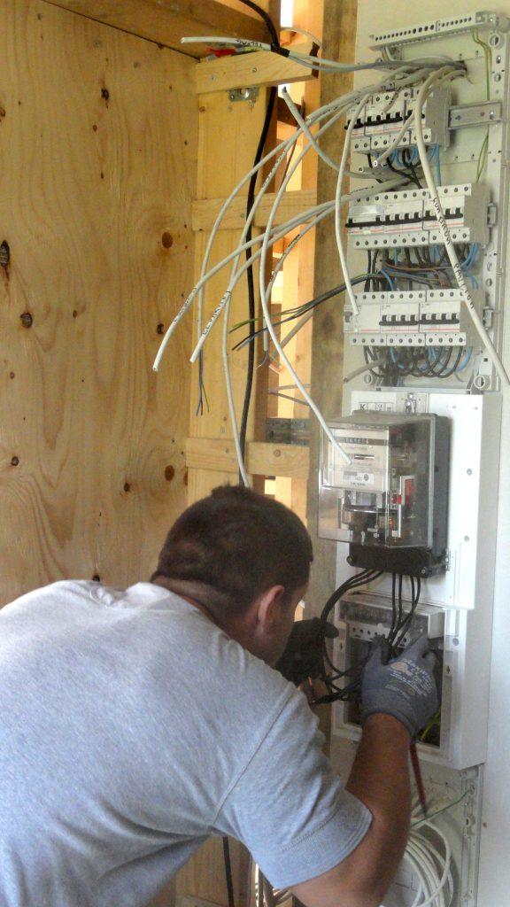 elektrikeren arbejder på eltavlen