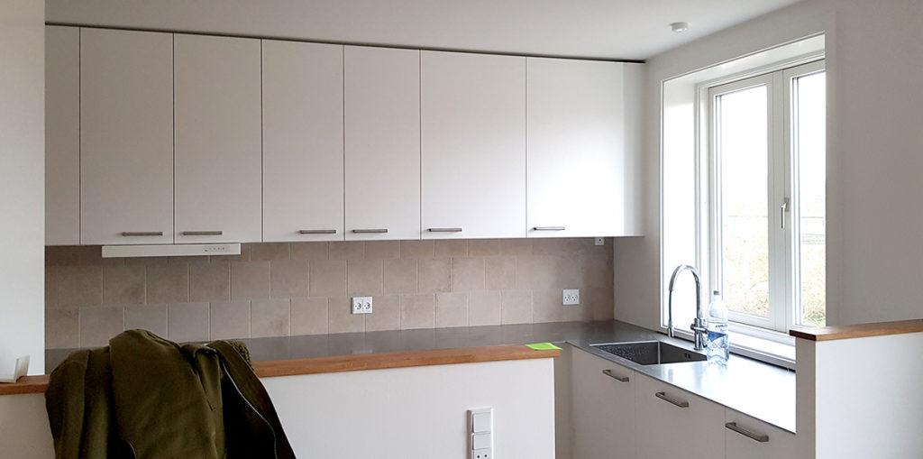 køkken med tynd stålbordplade og IKEA køkken med hvide fronter